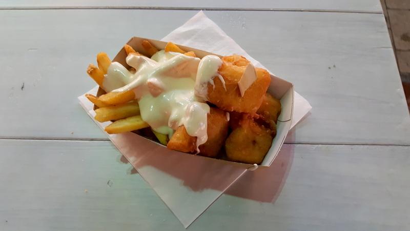 Pommes und Fisch mit Mayo vom Ahoi in Hamburg