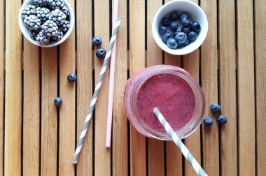 So lecker, so erfrischend: Beerensmoothie mit Joghurt
