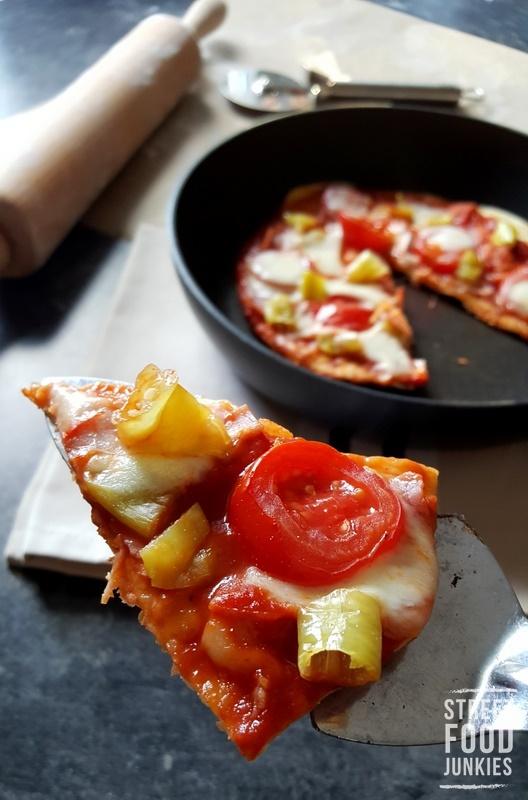 Pizza-mit-Tomate-Peperoni-Schinken