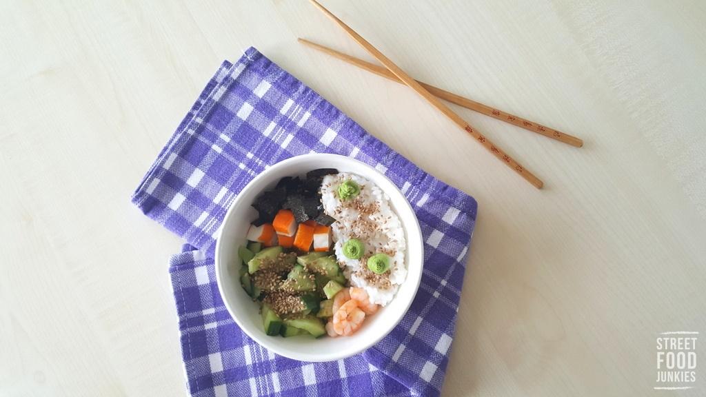 Mittagessen im Büro: Sushi Bowl mit Gurke und Garnelen