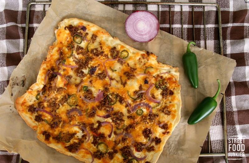 Herzhafter Flammkuchen mit Beef, Cheddar und Jalapenos