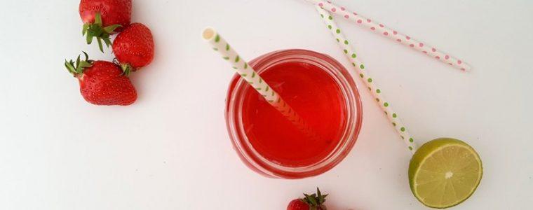 Teller mit Erdbeeren, Brombeeren, Himbeeren und Blaubeeren