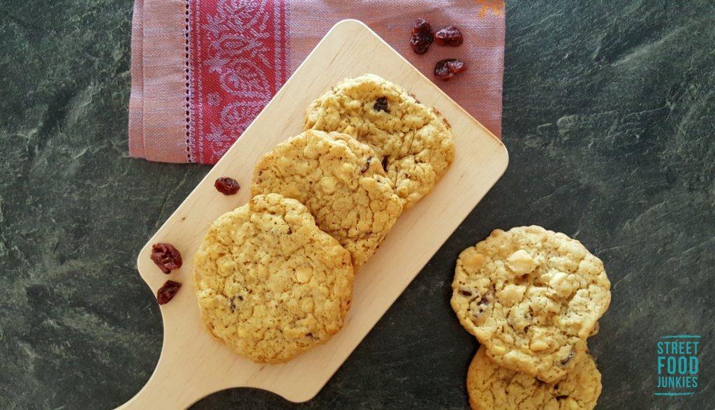 Cookies mit Cranberries auf Holzbrett