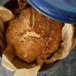 Brot in einem gusseisernen Topf